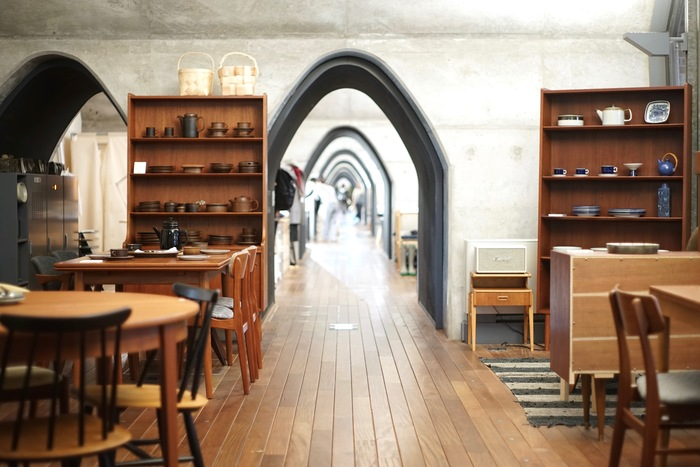 コンクリートやレンガを基調とした美しい内観に、古いものと新しいものが一体となったhalutaのヴィンテージ家具や雑貨たちが絶妙にマッチしています。 その時々でセレクトされるものが違い、いつ来ても楽しめる心地よい空間を演出しています。