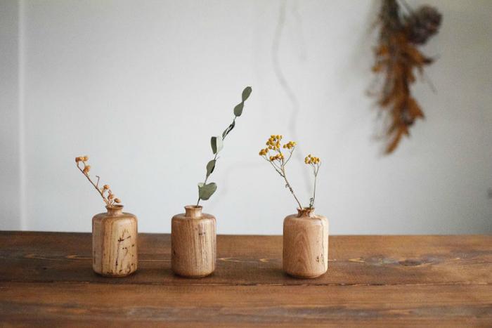 お部屋にさりげなく飾ってあるだけでも癒しを与えてくれるお花たち。 大きなお花などになるとお世話も少し大変ですが、一輪だとどうでしょうか。たった一輪だけでもお部屋の雰囲気を変えてくれる存在感、お好きなお花を飾ってもインテリアとして馴染んでくれます。