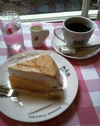 ラムロックに引けを取らない人気を誇るのは、レモンパイ。 ふわふわのメレンゲの下には、レモンの風味をふんだんにもりこんだスポンジケーキとカスタードクリームが。 もちろん、コーヒーとの相性も抜群です。