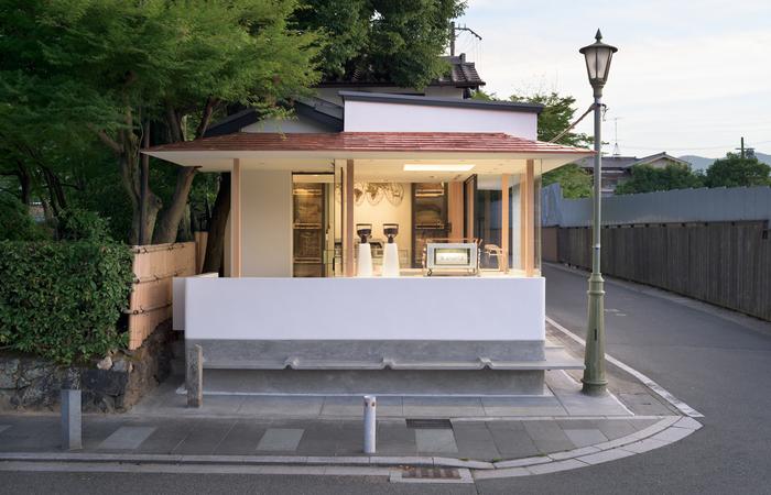 嵐山のお店は渡月橋のすぐそば。基本テイクアウト形式なので、桂川のほとりでのんびりコーヒーがおすすめです。