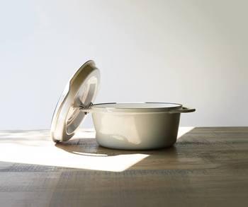 琺瑯鍋にも色々な種類がありますが、「バーミキュラ」の特徴は蓋の形状にあるのではないでしょうか。特殊な蓋の形状が鍋にぴったりと重なり、高い気密性を保持してくれます。両方に付けられた取っ手は重さのある蓋を持つのにも重宝する優れもの。