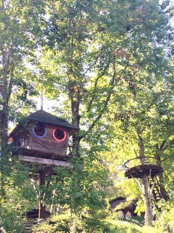 バルンバルンの森には、なんとふたつもツリーハウスが! ツリーテラスも抜群の眺めです。見た目もユニークで可愛いハウス。大人も思わず童心にかえってしまう楽しさ!