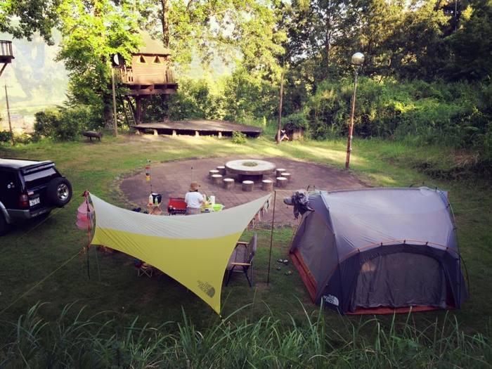 一日たくさん遊んだ後は、テントやキャビンでお泊まりも!