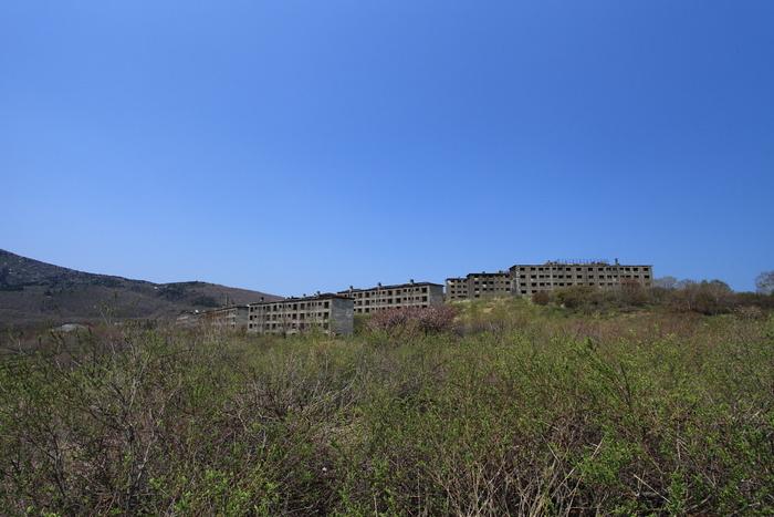 廃墟スポットとして抜群の人気を誇る岩手県八幡平市の松尾鉱山は、かつて東洋一の硫黄産出量を誇った鉱山跡です。松尾鉱山の歴史は古く、江戸時代の文献にも硫黄鉱山の記録が記されています。