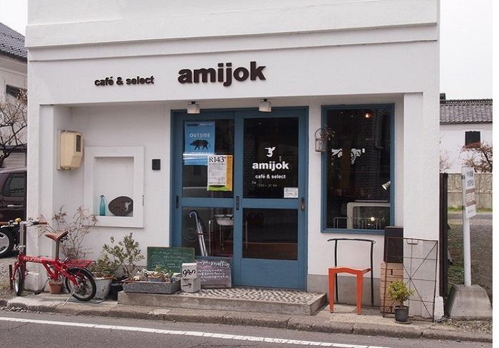 前出の珈琲まるもからでは2分ほど。カフェと雑貨屋さんを併営する店です。カフェを切り盛りするのは、コジマさんご夫妻。お店の名前は、オーナー名を逆から呼んだものだそう*