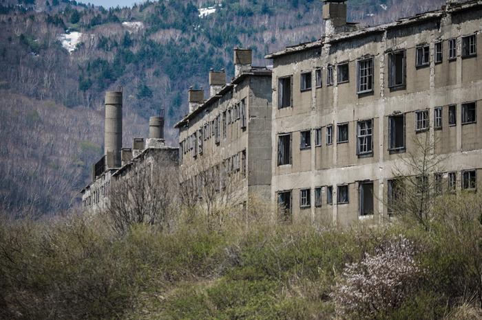 明治時代になり、松尾鉱山において本格的な硫黄採掘が始まると、この地には鉱山町が形成されました。標高約1000メートルの高原に、無数の集合住宅が立ち並び、最盛期になると約1万3600人もの人々がこの地で暮らしていました。