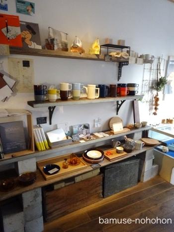 お茶や食事の前後に、ゆっくり、品物をみることができます。 陶器のほか、「design labo chica」(木版、布小物)、「Co. & Kokorone」(皮のアクセサリー)や、「青山ファーマーズマーケット」の季刊誌『NORAH』もラインナップに。音楽会も開かれることもあります。