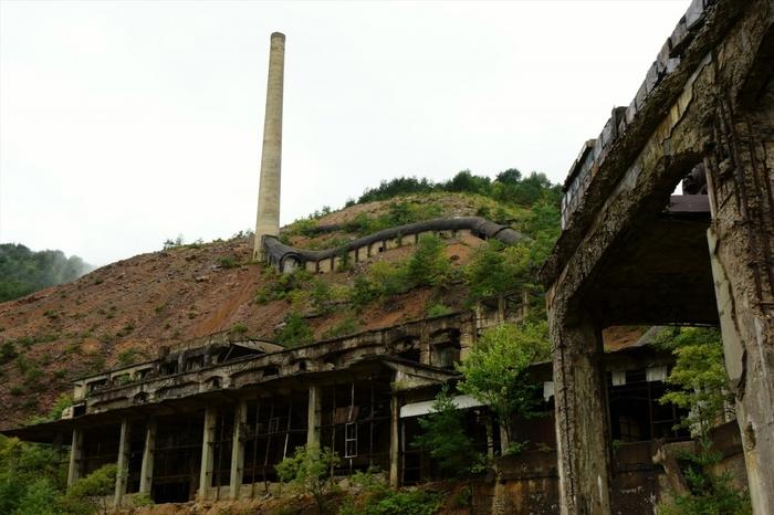 1978年に閉山したものの、跡地には巨大な煙突、シックナー、製錬所跡などの鉱山施設が残されており、近代産業遺産に選定されています。