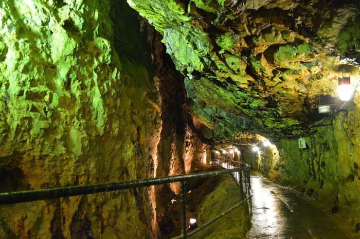 年間を通じて13度の気温が保たれている石切沢通洞抗は日本最大規模の洞坑で、総延長約1.7キロメートルにも及びます。