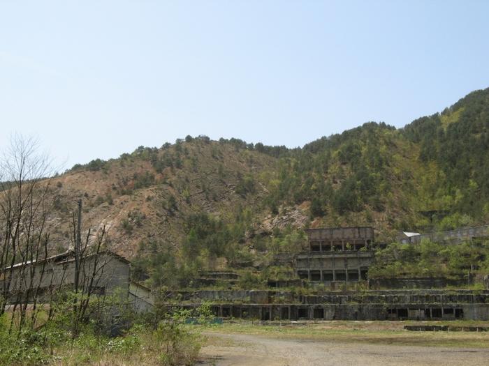 朽ち果て、今にも崩れそうな製錬場跡は、最盛期には月間約10万トンもの銅鉱石を処理した国内最大規模の選鉱場です。廃坑となって40年の歳月を経て、樹々に覆われ自然に還りつつある姿が物悲しい雰囲気を醸し出しています。