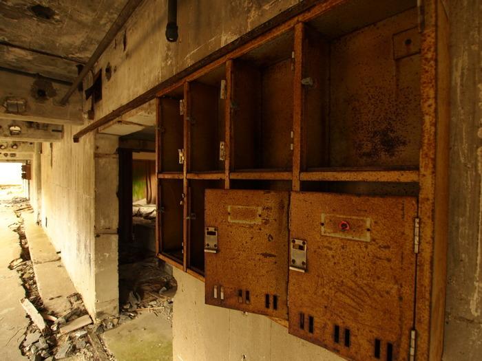 訪れる人々に強烈な印象を与える廃墟群は、独特で異様な雰囲気を醸し出しています。しかし、崩れかかった建物内部に入ってみると、郵便ポスト跡など、随所に人々の生活の痕跡を垣間見ることができます。