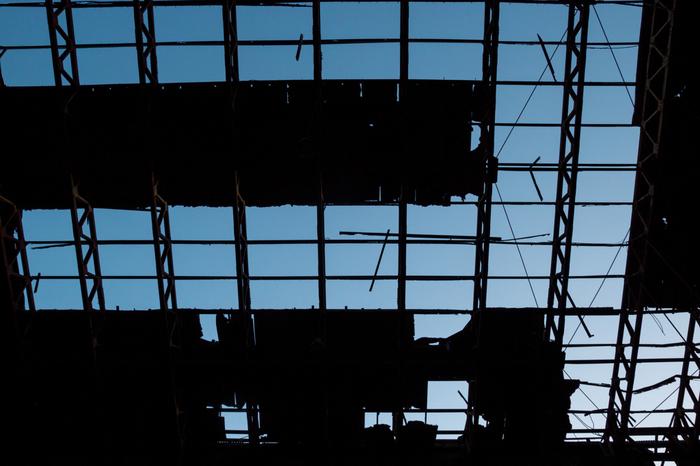 栄光の歴史をひっそりと物語る廃墟の天井を眺めてみましょう。一部は屋根さえもが無くなり、骨組みだけとなった建物と青空とのコントラストは美しくも哀愁が漂っています。