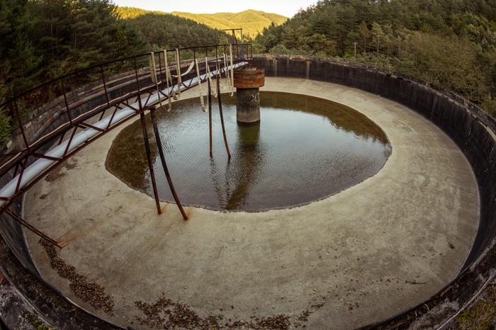 閉山前までは、鉱山施設として重要な役割を担ってきたシックナーも、かつての面影を失い、雨水が溜まり小さな貯水池のような姿となっています。