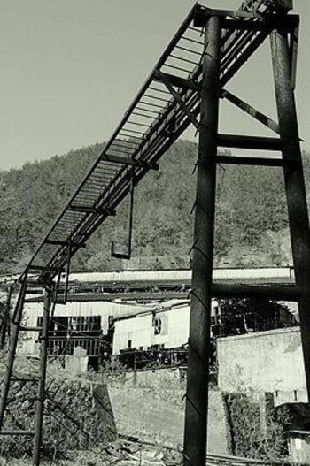 1930年代になり、最盛期を迎えた田老鉱山には数多くの社宅が造られました。今は遺構として残っている鉱山敷地内の住居には、約1800人の従業員が暮らしており、小さな町が形成されていました。