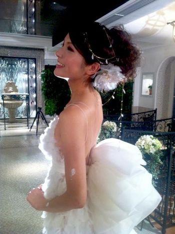 2011年から2012年までTBSで放送された、各業界のトップエース達がその技術を競い合う国別対抗戦番組「アジアンエース」にも榮さんの簪が登場しています。踊絵師・神田サオリさんと中国代表のタトゥーアーティストによるウェディングドレス対決にて、榮さんが作り上げた八重桜と牡丹をイメージした白く輝く大輪の花簪が、神田さんのドレスに文字通り華を添えました。