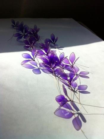 花びらのパーツが乾いたら花の形に組み、テープを巻き付けて完成。花びら一枚一枚の形を作ったり、乾くまでに時間がかかったりと、手間と根気が必要なハンドクラフトですが、それだけに完成した時の喜びはひとしおですね。