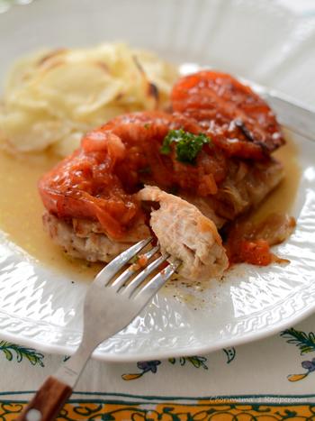 トマトが具としてだけでなくソースの役割も果たすので、味付けも塩コショウだけの簡単レシピ。鶏むね肉を使っているので、火の通りも早くてカロリーが低いのも嬉しいポイントです♪