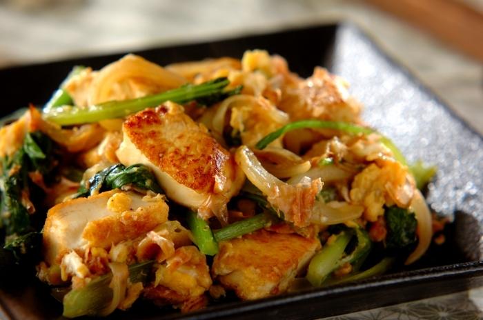 お野菜だけでなく豆腐もたっぷり使用した、ヘルシーレシピ。具材を炒めるだけなので、15分くらいあれば完成しちゃいます。小松菜のほろ苦さが、お料理の程よいアクセントになっています。