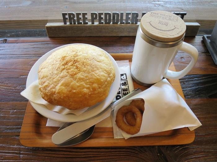 こちらのおすすめは、ポットパイ。オーブンで焼き上げたサクサクのパイ生地を割ると、中からはグツグツのデミグラスソースのハンバーグが出てきてお腹も大満足。店内で自家焙煎しているコーヒーも自慢の一品です。