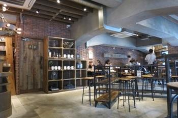 開放的な店内では、仕事をしたり、お茶をしたり・・・思い思いにゆったりと過ごすことができる空間になっています。