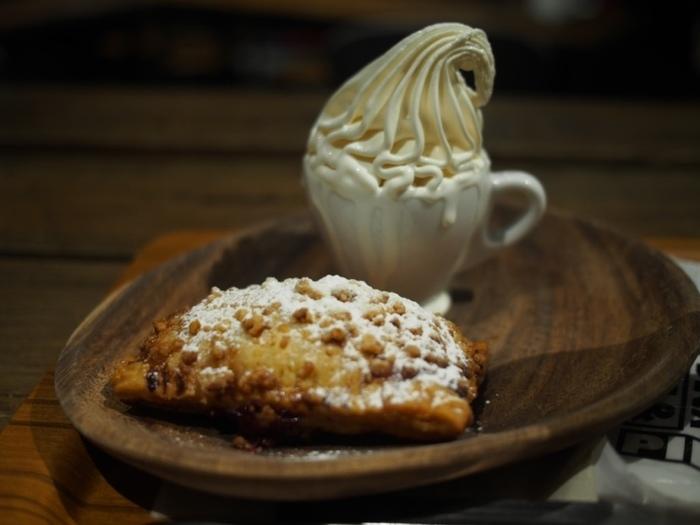 甘党さんは最高級のソフトクリーム、クレミアを添えたチェリーパイはいかがですか?バター香るサックサクのパイ生地にクリームチーズとチェリーがとろけるパイ専門店ならではの美味しさです♪