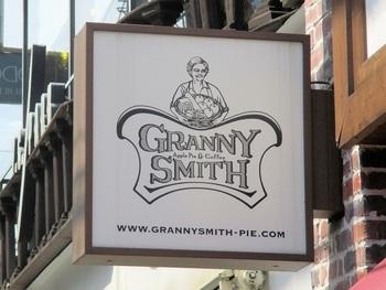 「グラニースミス」は、アメリカの田舎街に住むスミスおばあちゃんのアップルパイをイメージした人気のアップルパイ専門店です。