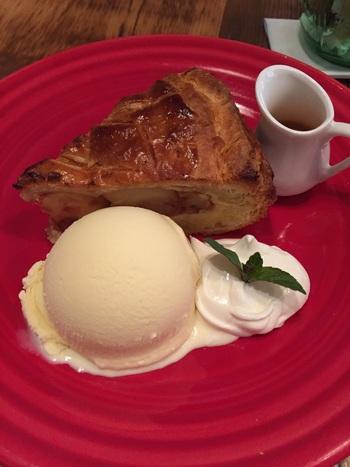 """一番スタンダードなアップルパイをイメージしたものが""""フレンチダマンド""""。薄めのサクサクしたパイ生地に覆われた果実感あふれるりんごが食べ応えのある美味しさです。"""