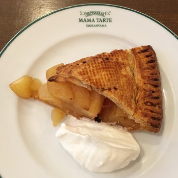 創業以来愛され続けるママタルトのアップルパイ。生地正面の模様にもその丁寧さが感じられます。サクッふわっとした生地とごろっと入ったリンゴのハーモニーが楽しめるほっとする味です♪