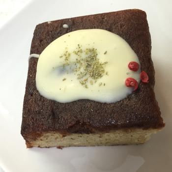 こちらは「フランボワーズリキュール全粒粉ハニーバニラteaホワイトチョコがけ」。甘味と酸味のが合わさったフランボワーズのリキュールを使ったケーキなんだそう。  ホワイトチョコとの相性もとてもいいんですよ。