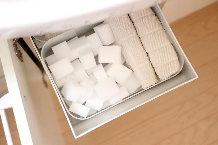 100円グッズのケースを利用して、引き出しの中も綺麗に整頓。お掃除グッズもこうして整理しておくと、一目で分かりやすく、必要な時にすぐに使えてとっても便利です。この他にも入浴剤や、シャンプーのストックなどを収納しているそうです。引き出しを置くことで、洗面台下のスペースが有効活用できますね☆