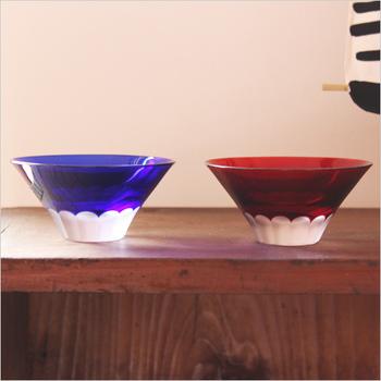 赤と青、ペアにして夫婦でも使える切子のお猪口。なにより、その形はおめでたい日本一の山、富士山をイメージしています。