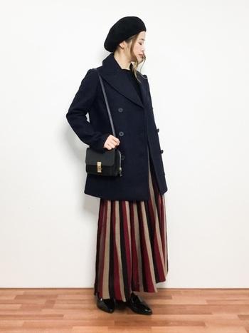 ピーコートは定番のアイテムなのでこれくらい思いきったスカートを合わせてもOK。とってもオシャレに見えますね。