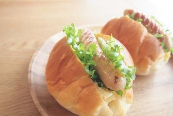 スタンダードな真っ白のお皿、雰囲気のある木のお皿など、パンに合うお皿は意外とたくさんあります。お皿を変えるだけで大好きなパンが一段と美味しくなるかもしれませんよ。