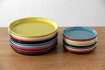 すっきりとしたフォルムなので和洋、どんな料理にも似合います。サイズも大・小あり、各9色とカラーバリエーションも豊富。同じ色で揃えたり、家族でそれぞれ違う色を選べば食卓がより華やかに。
