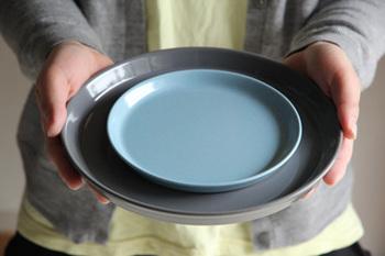 大・小違う色で重ねて使ったり、同じ色で重ねて使ったり、まるでオシャレなカフェのような食卓を演出できるかも。