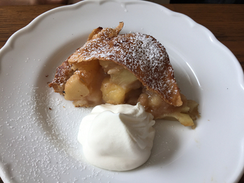 名物のアップルパイは、なんと1ピースに2個分のりんごを使用しているとか。パイ生地が薄いのでりんごのフィリングを心ゆくまでじっくり味わうことができます。