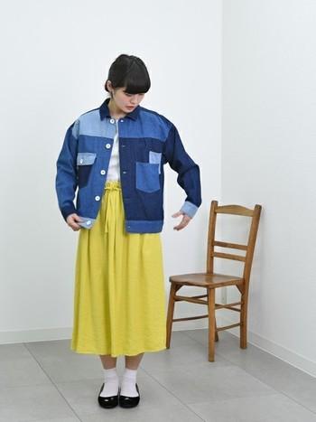 ビビッドなイエロースカートに、パッチワークデニムジャケットをさらりと羽織ったちょっぴり個性的なコーディネート。春は遊び心のあるデザインや色を取り入れて、わくわくした気分はいかが?