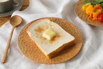 まるでカフェで優雅に朝食を食べているような趣のある木のお皿。雰囲気だけでなく水分を適度に吸収してくれるのでトーストしたパンをのせれば、サクッとした食感を楽しめます。