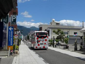 松本はアーティスト・草間彌生さんの故郷。草間さんデザインの市内周遊バス(アートバス)を上手に使って、楽しくまち歩きを。