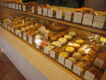 内観はこんな感じです。まろやかな甘みのある生地で、ふわっふわなパンたちが勢ぞろいです。