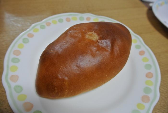 自家製クリームを使ったクリームパンです。昔どこかで食べたことがあるような、温かく懐かしい味がお客さんをとりこにする人気パン。きっとまたふと食べたくなり、やみつきになりそうですね。