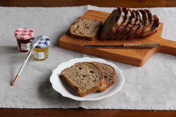 パン切り庖丁やカッティングボードなどを揃えた方におすすめの真っ白な取り皿。桔梗の花びらのような優雅なシルエットは、パン皿だけでなく和洋どんな料理でも活躍してくれます。
