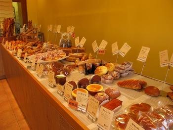 変わった陳列方法でも有名なお店です。いろいろな種類のパンが所狭しと並んでいて、見ているだけでワクワクしますね♪