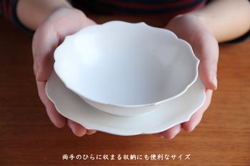 両手の平におさまる取り皿として理想的なサイズ。同シリーズの小鉢と揃えて、サラダやヨーグルトを小鉢に盛れば、食卓に統一感が♪