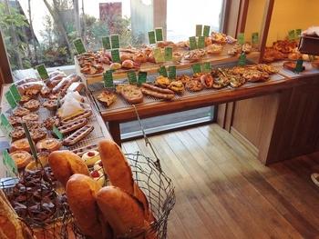 内観はこんな感じです。野菜を使ったパンが中心に扱われています。