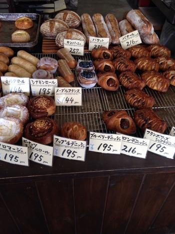まるで異国の地にいるかのような、オシャレな雰囲気の店内です。まんまるのパンが所狭しと並びます。