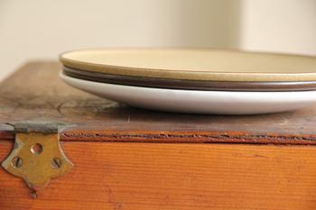 カラバリは3色。どれもまんまるのお皿をより魅力的にみせてくれそう。さらに、きれいにプレート同士がぴったりと重なってくれるので高さが出ず、収納も楽々。