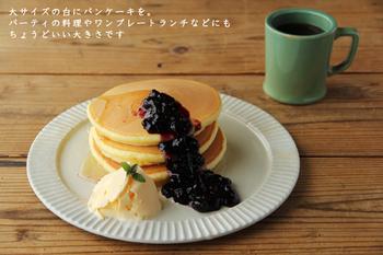 パンケーキやフレンチトースト、もちろんいつものトーストも似合いそうな、鎬(しのぎ)の縁取りが素敵なお皿は、鹿児島県姶良(あいら)市の「宋艸窯(そうそうがま)」の平皿です。