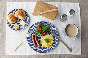 九谷焼の上品な藍色の葉模様がどことなく北欧風で、和食だけでなく洋食も引き立ててくれます。