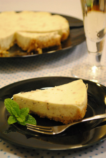 スイーツとしてはもちろんですが、ブラックペッパーがアクセントになっているので、ワインとの相性も◎。 おつまみとしてもOKなチーズケーキです。